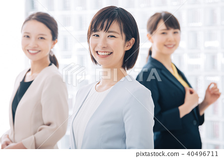 微笑的女商人三名年輕日本婦女 40496711