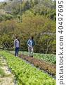 상추를 수확하는 젊은 남녀 40497695