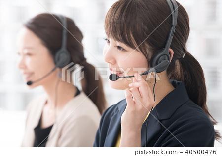 콜센터 운영자의 여성 2 명 40500476