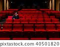 一個男人坐在一個座位上 40501820
