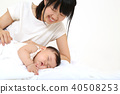 자기 여자 아기를 바라보며 편안 해지는 젊은 엄마 40508253