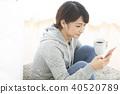 스마트 폰을보고있는 일본인 여성 40520789