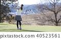 ผู้หญิงกำลังเล่นกอล์ฟ 40523561