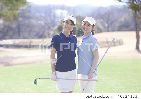 Women playing golf 40524123