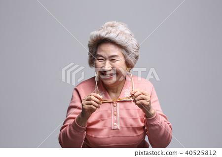 동양인 여자의 얼굴 표정, 시니어, 중년, 노인, 할머니, 클로즈업, 노안, 시력, 건강 40525812