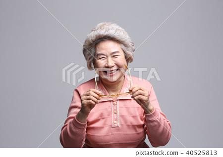 동양인 여자의 얼굴 표정, 시니어, 중년, 노인, 할머니, 클로즈업, 노안, 시력, 건강 40525813