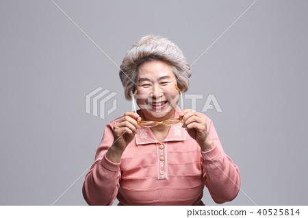 동양인 여자의 얼굴 표정, 시니어, 중년, 노인, 할머니, 클로즈업, 노안, 시력, 건강 40525814