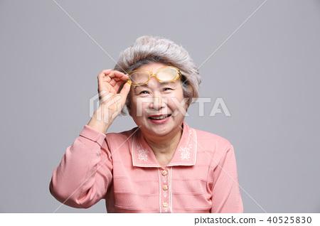 동양인 여자의 얼굴 표정, 시니어, 중년, 노인, 할머니, 클로즈업, 노안, 시력, 건강 40525830