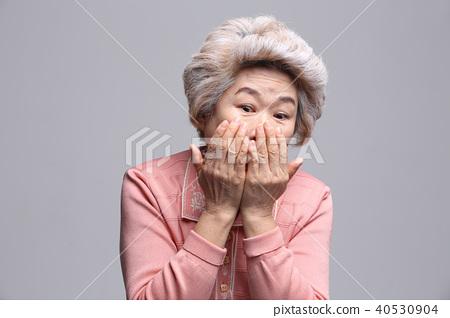 동양인 여자의 얼굴 표정, 시니어, 중년, 노인, 할머니, 클로즈업,부끄러움,훔쳐보기 40530904