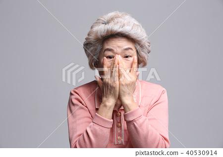 동양인 여자의 얼굴 표정, 시니어, 중년, 노인, 할머니, 클로즈업,부끄러움,훔쳐보기 40530914
