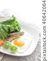 계란 후라이와 소시지의 아침 40642064