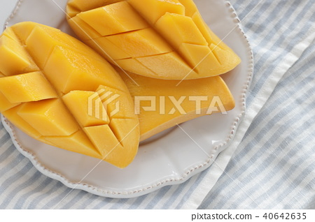 Cut mango 40642635