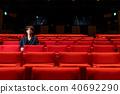 一個男人坐在一個座位上 40692290