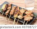 小酒館菜單烤雞肉串和冷酒 40708727