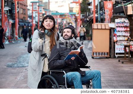 在輪椅旅行的人 40738381