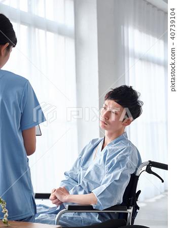 坐在轮椅上的男人 40739104