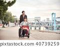 輪椅婦女和男子 40739259