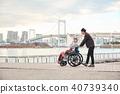 轮椅妇女和男子 40739340