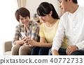 스마트 폰을 즐기는 가족 40772733