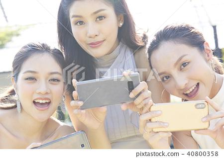 여성 스마트 폰 촬영 40800358