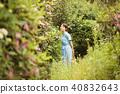 정원을 산책하는 여성 40832643