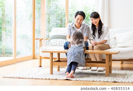 年轻的家庭,在客厅里聚会 40835314