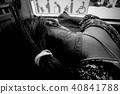 聽到損壞的小女性,坐在公共汽車上,Keiko Nori Hakoi協調雜誌。 40841788