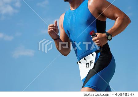Triathlon runner triathlete man running 40848347