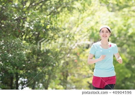 달리기를하는 젊은 일본인 여성 40904596