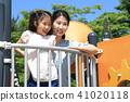 놀이터에서 즐거운 엄마와 딸 41020118
