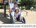 미끄럼틀에서 즐거운 엄마와 어린아이 41020516