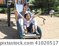 미끄럼틀에서 즐거운 엄마와 어린아이 41020517