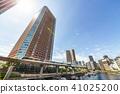 물가에 위치한 고층 빌딩 41025200
