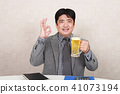 喝啤酒的商人 41073194