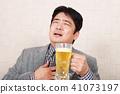 喝啤酒的商人 41073197