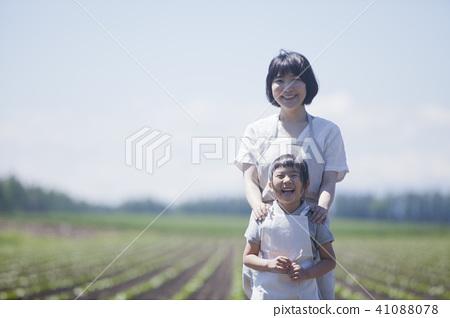 전 작업을하는 부모와 자식 41088078