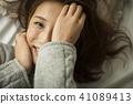 Women Relax 41089413