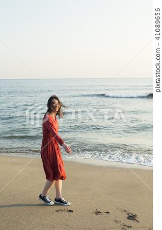 成熟的女人 一個年輕成年女性 女生 41089656