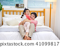 침대에 있는 아빠에게 달려가 안기는 사랑스런 딸  41099817