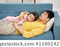 소파에서 아빠에게 안겨 잠자는 사랑스런 딸  41100242