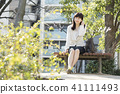 放鬆在公園的一名婦女 41111493