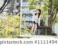 放鬆在公園的一名婦女 41111494