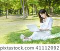 婦女的 草坪 草 41112092