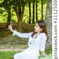 셀카를 찍고있는 젊은 여성모델 41112500