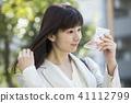 一個女人用鏡子戶外檢查 41112799