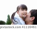 父母和孩子(人類女兒兒童爸爸父親面無身體部位複制空間家庭服務公園假期) 41116461