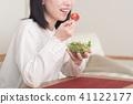 샐러드를 먹는 젊은 일본인 여성 41122177