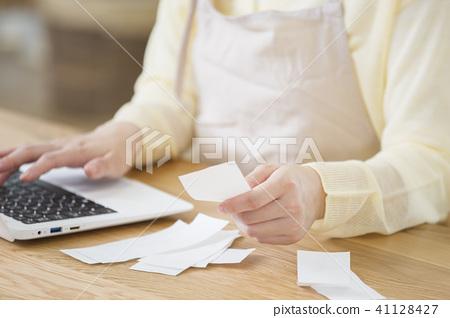 年輕的家庭主婦附家庭帳簿身體部位零件切割沒有臉 41128427