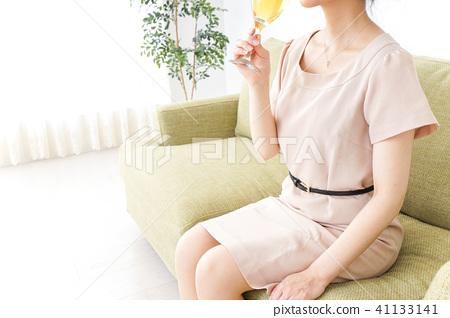 一個女人在家裡喝酒 41133141