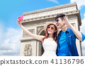 couple travel to paris 41136796